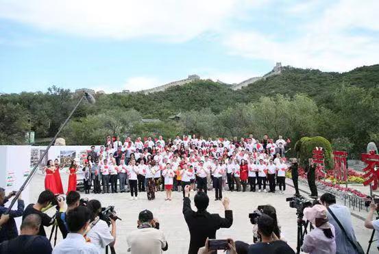 華人同胞在長城腳下合唱《我的中國心》