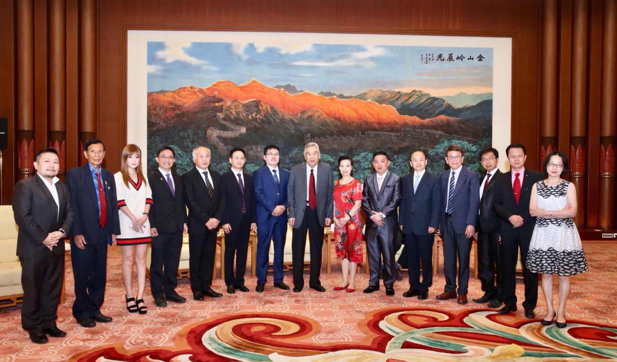 全國政協副主席李蒙和全球優秀華商合影 許玉煥(左三)