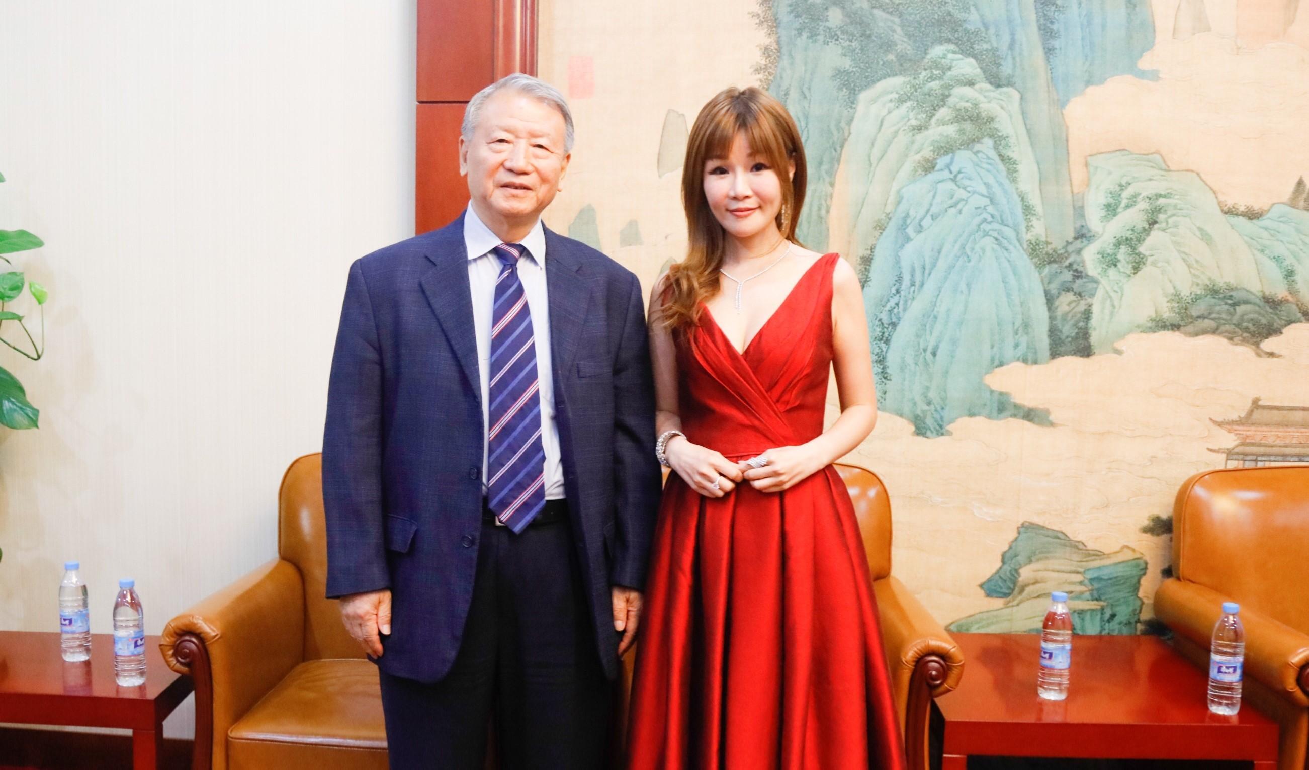 許玉煥與人大外事委員會副主任馬文普合影